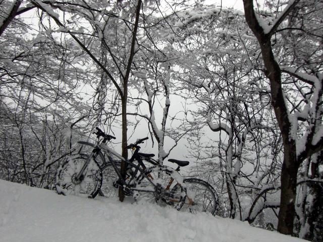 雪の中のMTB2台