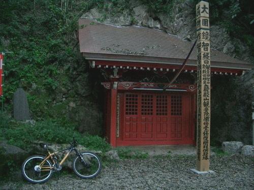 岩殿観音窟石龕(いわどのかんのんくつせきがん)